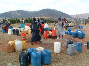 Swaziland-women-at-well